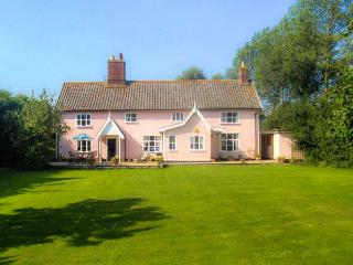 ST MICHAEL'S HOUSE, wooden beams, woodburning stove, in rural location in Bungay Ref 24120 - Kessingland vacation rentals