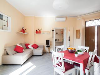 Wonderful in historical centre,Coliseum Termini!balcony- handly subway & bus-6 pp - Rome vacation rentals