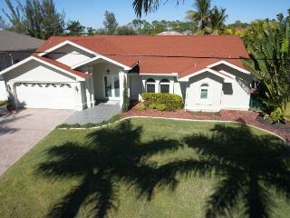 Villa Spraoi (Irish word for Fun)- Cape Coral 3b/2ba deluxe home w/electric heated pool, gulf access canal, HSW Internet, Boat Dock w lLift, 2 Kayaks - Cape Coral vacation rentals