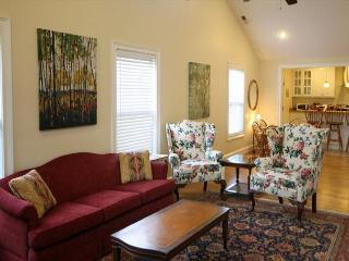 Cozy Pet Friendly West Asheville Bungalow. Wi-Fi, Sunny, Spacious and Quiet. - Asheville vacation rentals