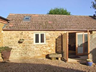 PAGETTS COTTAGE, single-storey pet-friendly cottage, close golf, walks, castles, speedway, Stokes Albany, Market Harborough Ref  - Leicestershire vacation rentals