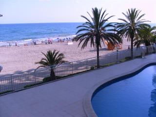 5th floor ocean-front apartment, close to Barcelona, with great sea-view and kms long fine sandy beach - El Vendrell vacation rentals