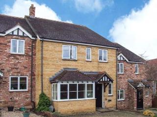 OAK COTTAGE, stone property, en-suite, enclosed garden, pet-friendly, near Evesham, Ref 903912 - Warwickshire vacation rentals