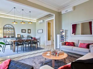 Homearound Granvia Luxury Apartment (3BR) - 20% OFF ON AUGUST & SEPTEMBER STAY - Barcelona vacation rentals