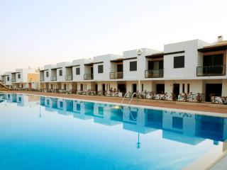 MODERN 2 BEDROOM TOWNHOUSE JUNIOR FOR 4 WITH FIREPLACE AND GARDEN NEAR ALBUFEIRA REF. 134169 - Algarve vacation rentals