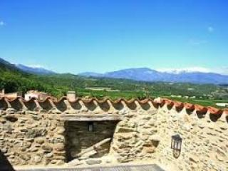 Portal de la Força is an ancient stone gatehouse, great roof terrace with amazing mountain views - Portal de la Força, Character, Château Gate House - Pyrenees-Orientales - rentals