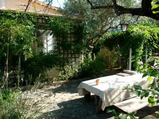 Charming and Affordable 2 Bedroom Saint Remy House - Paris vacation rentals