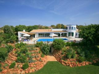 5 BEDROOM VILLA FOR 10 PEOPLE WITH PRIVATE POOL AND TENNIS COURT NEAR BOLIQUEIME REF. ALMB134418 - Albufeira vacation rentals