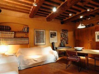 Cozy Tuscan Apartment in 15th Century Building in Italy - Pieve Santo Stefano vacation rentals