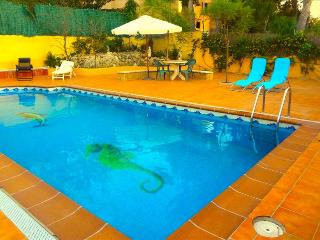 Villa Oasis with a secured pool and room for 8-10 guests, only 5 minutes to the closest beach - Costa Dorada vacation rentals