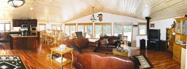 Living Room, Dining Room & Kitchen w/ 3 dining tables - Montana Sunrise Lodge - Vacation Home in Montana - Neihart - rentals