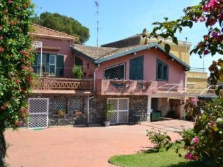 CR100bAcireale - Villa Guardia con giardino in Riviera dei limoni tra Etna e Taormina - Nicolosi vacation rentals