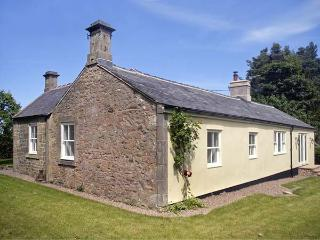 LAKE COTTAGE, single-storey cottage in lovely estate grounds, woodburner, en-suite, wonderful base, near Belford, Ref 903956 - Belford vacation rentals