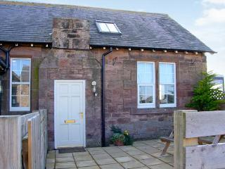 BEDE APARTMENT, stone-built conversion, mezzanine bedroom, patio, in Beal near Holy Island, Ref 904062 - Beal vacation rentals
