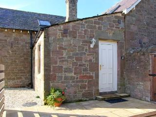 CUTHBERT'S COTTAGE, charming cottage, mezzanine bedroom, woodburner, patio, in Beal near Holy Island, Ref 904067 - Beal vacation rentals