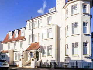 TOWER APARTMENT NO. 1, lower ground floor apartment, near amenities and beach, in Southend-on-Sea, Ref 904871 - Essex vacation rentals