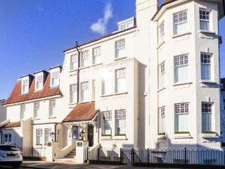 TOWER APARTMENT NO. 3, ground floor apartment, central location near amenities and beach, in Southend-on-Sea, Ref 904972 - Essex vacation rentals