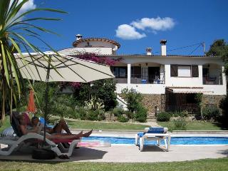 Superb villa , fantastic private garden (600m2) , heated pool, wifi ,near to beach and countryside - Peratallada vacation rentals