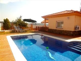 Magnificent three-bedroom villa in Riera de Gaia for 8 guests, only 4km from the beach - Cambrils vacation rentals
