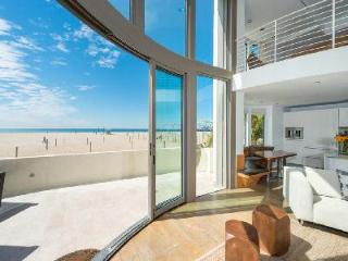 Beachfront Blu Santa Monica U1 is gated with hot tub, roof-top deck & Panoramic views - Santa Monica vacation rentals