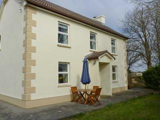 TIGH DARBY, detached, near seaside village, off road parking, garden, in Spiddal, Ref 906470 - Lettermore vacation rentals