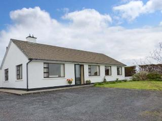 THE BUNGALOW, ground floor, garden with furniture, open fire, Ref 912583 - Milltown Malbay vacation rentals