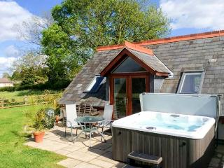 THE LOFT, wet room, lawned garden and patio, hot tub, WiFi, Ref 913050 - Fownhope vacation rentals