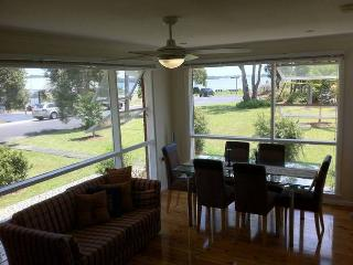 Gerohn House Pet friendly accomodation by the lake - Culburra Beach vacation rentals