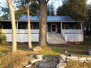 Century Lakefront Cottage-Perfect for large family - Rama vacation rentals