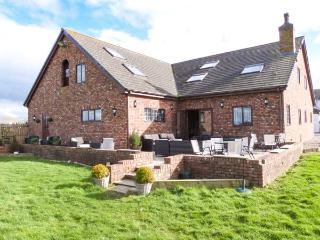MARSH FARM HALL, semi-detached cottage, en-suites, woodburner, bar on-site, in Great Eccleston, Ref 22463 - Garstang vacation rentals