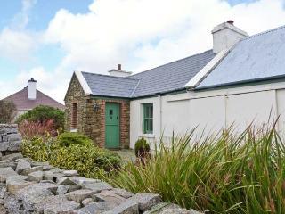RAMHARC NA NOILÉAN, pets welcome, all ground floor, en-suite, stove & fire, character cottage near Kincasslagh, Ref. 905819 - Kincasslagh vacation rentals