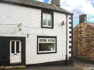 CHARE CLOSE COTTAGE, pets welcome, two en-suite bedrooms, open fire, close to amenities & Hadrian's Wall, fantastic walks & cycling, Ref. 906510 - Haltwhistle vacation rentals