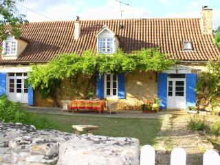 Restored Country Farmhouse with huge Pool & Garden - Cendrieux vacation rentals