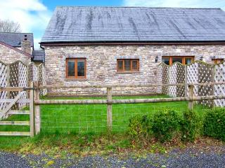 RIVERSIDE BARN, stylish cottage with garden, paddock, games room, close walking, Gilwern Ref 905876 - Gilwern vacation rentals
