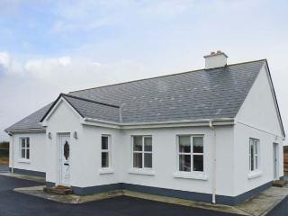 CORAL STRAND, detached cottage, all ground floor, short walk from a coral beach, in Ballyconnelly, Ref 906512 - County Galway vacation rentals
