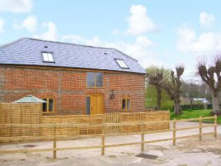 THE OLD STABLE, detached barn conversion, quality accommodation, en-suite, close to many attractions, near Botley, Ref 30475 - Liss vacation rentals
