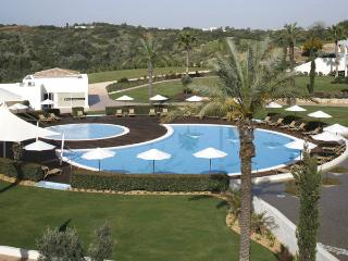 2 BEDROOM TOWNHOUSE POOL VIEW IN AN EXCLUSIVE 5-STAR RESORT IN CARVOEIRO REF. VDO110200 - Algarve vacation rentals