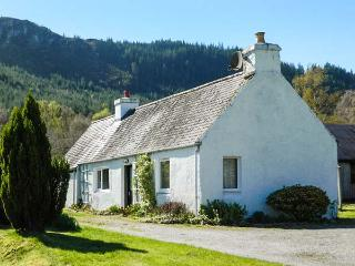 GLEN CROFT COTTAGE, detached, single-storey, on holiday park, Loch Ness ten mins walk, in Invermoriston, Ref 906559 - Balnain vacation rentals