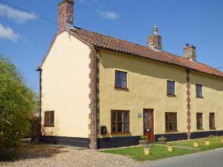 THE HORSESHOES HOUSE, semi-detached, two sitting rooms, roll-top bath, open fire, in Saham Toney, Ref 28007 - East Harling vacation rentals