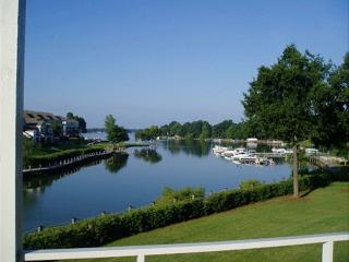 Golfers Welcome! Lake Norman Condo, Pool, Dock! - Lake Norman vacation rentals