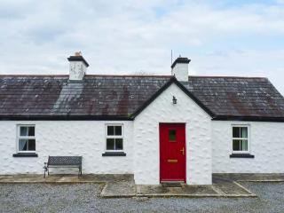 BANADA COTTAGE, open fire, WiFi, pet-friendly, en-suite, all ground floor cottage near Tubbercurry, Ref. 912669 - Charlestown vacation rentals