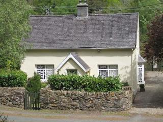 RIVER RUN COTTAGE, ground floor bedroom and bathroom, multi-fuel stove, lawned garden, Ref 904588 - County Wicklow vacation rentals