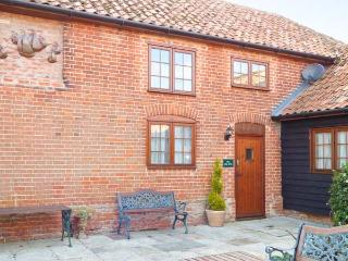 THE HAYLOFT COTTAGE, barn conversion, en-suites, parking, shared garden, in Saxmundham, Ref 28097 - Blaxhall vacation rentals