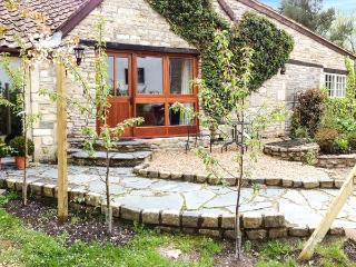 THE AYLESBURY COTTAGE, romantic single-storey cottage with four poster, en-suite, open fire, Hinton Ref 906598 - Melksham vacation rentals