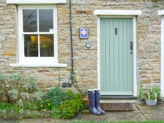 LAVENDER COTTAGE, romantic cottage with open fire, patio, heart of Askrigg Ref 729 - Carperby vacation rentals