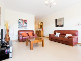 468561 - Spacious and Modern 3 Bedroom Ground Floor Apartment with Pool and BBQ, Sleep 6 - Sao Martinho do Porto vacation rentals
