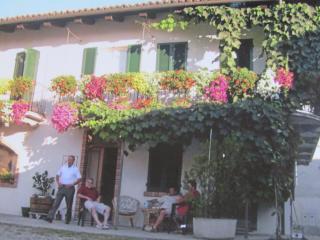 Al balcone fiorito - Verduno vacation rentals