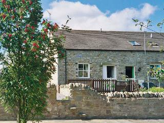 BARNBROOK, family friendly, character holiday cottage, with a garden in Carperby Near Leyburn, Ref 567 - Lofthouse vacation rentals