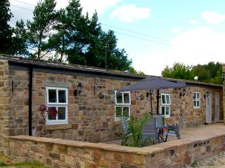 SWALLOW'S NEST, stable conversion, woodburner, two double bedrooms, patio with BBQ, near Ashover, Ref 2225 - Ashover vacation rentals