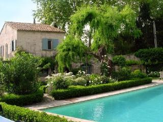 Perfect for 2 couples! Quaint village house O'Paradou  with private garden & saltwater pool - Fontvieille vacation rentals